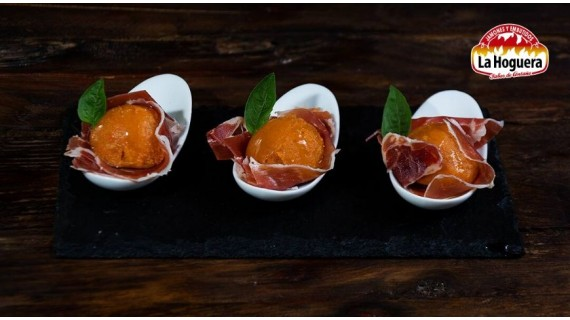 Bombones de jamón y pan con tomate