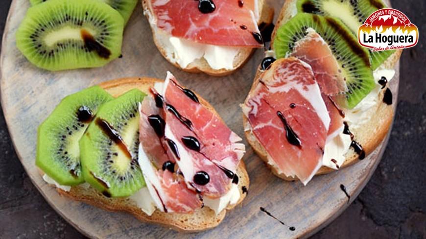 Tostadas de jamón serrano y kiwi